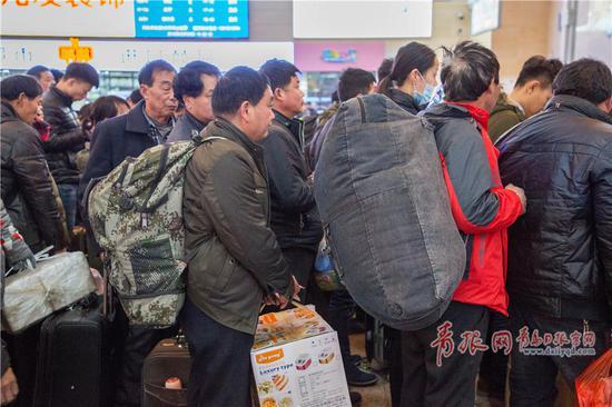 正在检票的返乡人。