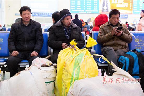 张先生来自河南,在青岛做湖泊喷浆工作,他们团队一共是七个人,眼前成堆的行李袋,他们今年收获很多。