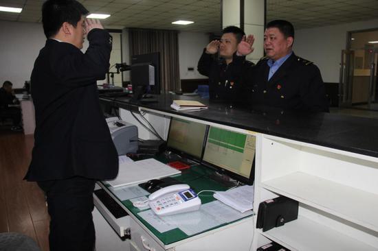 3时00分,记者跟随艾师傅登上了机车。
