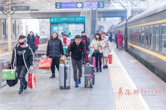 站台上,步履匆匆的返乡旅客。