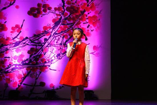 来自忻州的张馨予是本届中国诗歌春晚最小的演员、今年8岁
