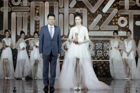 伽蓝集团北京分公司总经理曾翔先生上台为12号选手张浩然颁发瑞丽素颜天使奖项