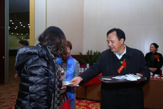 贵州镇宁县人大副主任莫怀文奉茶