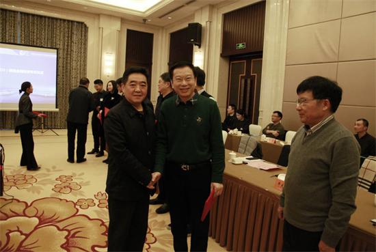 扬州市市长张爱军(左)为86Links的牛大鸿(右)颁发证书