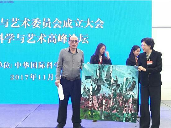 科学与艺术委员会副主席陈老铁向李政道科学与艺术奖捐赠作品。