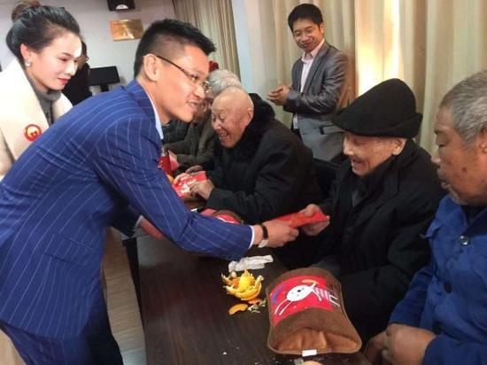 爱心企业家何楚鸿董事长给每位老人都送上了一个爱心暖手宝以及爱心红包