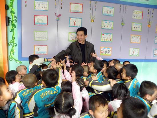 王新宽给临夏市某民族幼儿园的孩子讲座中国传统经典文化
