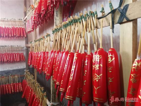 ▲手工制作的大红蜡。刘岱 摄