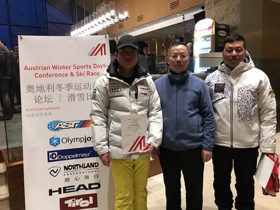 (奥地利AST中国公司总裁、北京奥悦冰雪集团董事长钟帅(中)与运动员在一起)