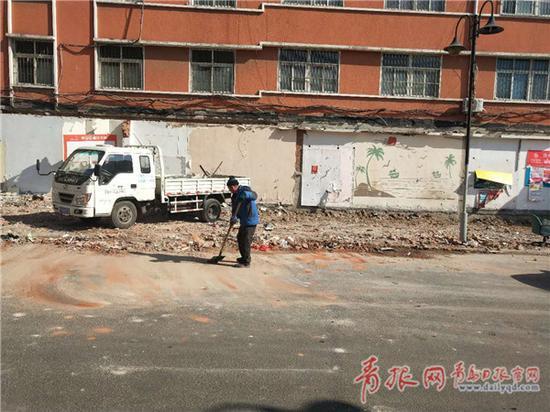 ▲违建拆除后留出的空地,街道将对这一区域进行重新规划。