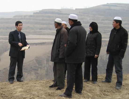 王新宽、马俊曦深入康乐县穆斯林村子调查调解土地纠纷