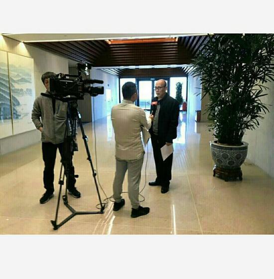 科学与艺术委员会副主席陈老铁接受中央电视台记者采访。