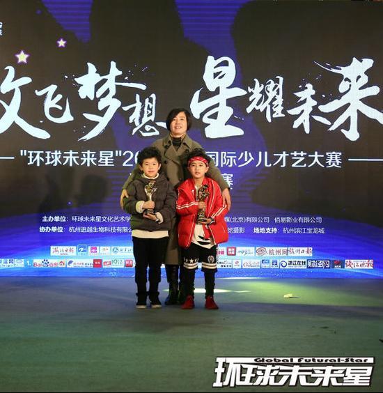 少儿组亚军 陈烁宇(左) 未来星文化艺术学院滨江校区校长石隽(中) 少儿组冠军王子懿(右)