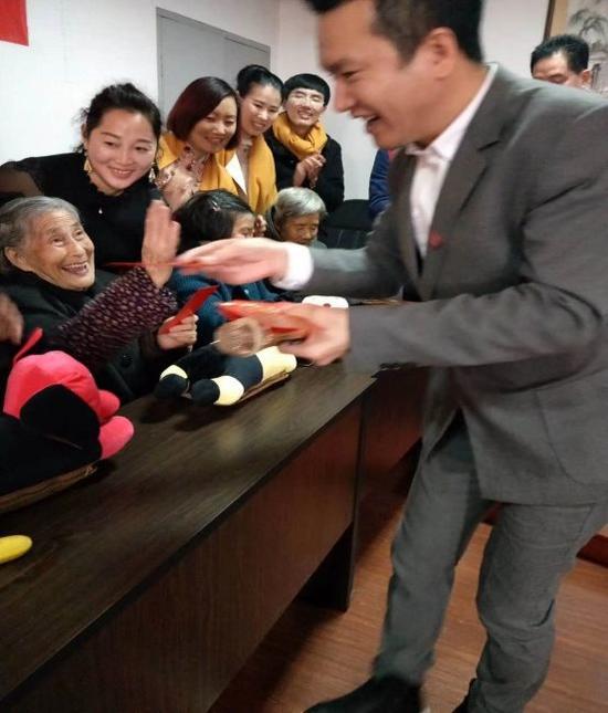 爱心大使袁野老师给敬老院老人送上了一个爱心暖手宝以及爱心红包