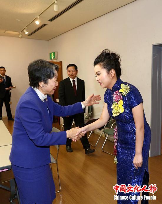 高村正彦夫人高村治子向周倩表示祝贺