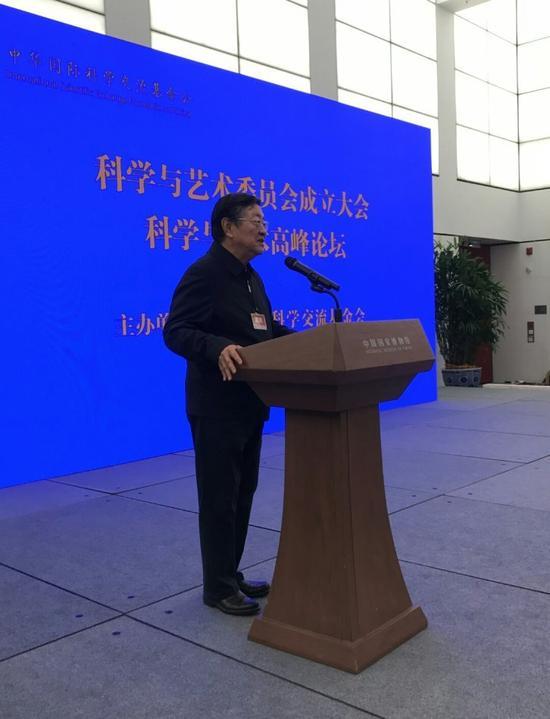 中华国际科学交流基金会名誉理事长白克明在大会上讲话。
