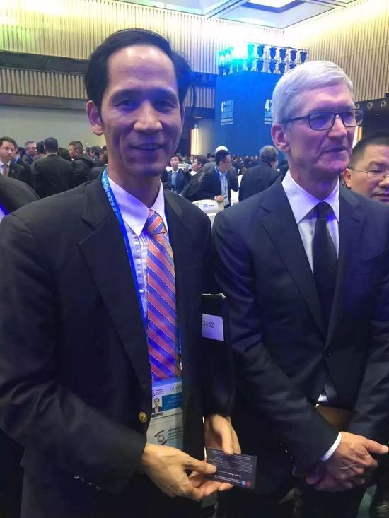 张幼标(左)与苹果CEO库克(右)