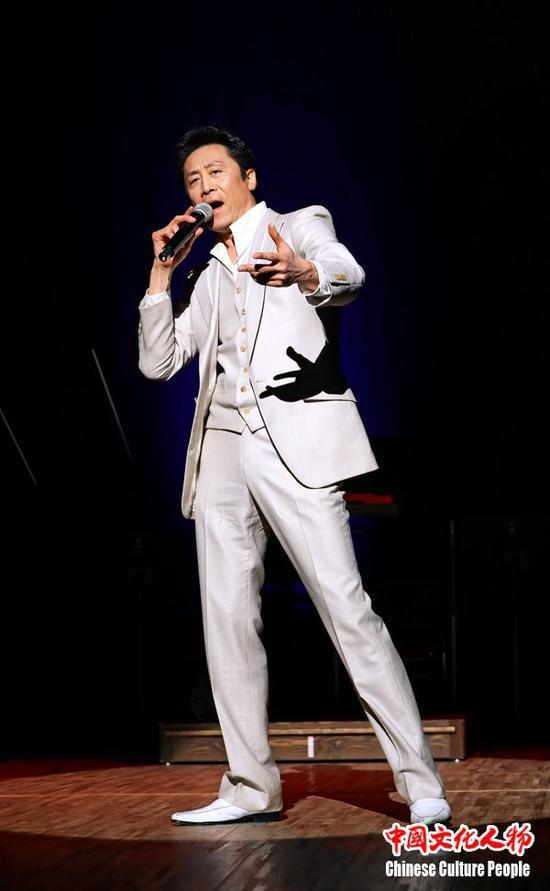 日本歌星冈田淳一浑厚深沉的嗓音与洒脱的舞姿赢得了全场观众的掌声