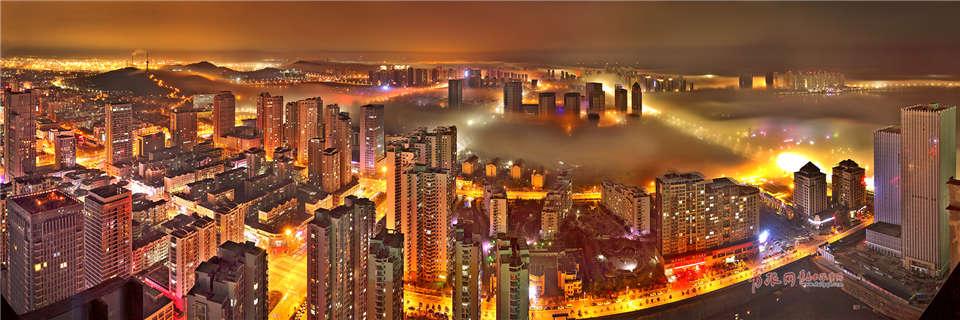 据介绍,平流雾是由暖空气流到移到较冷的陆地或水面时,下部冷却凝结形成。