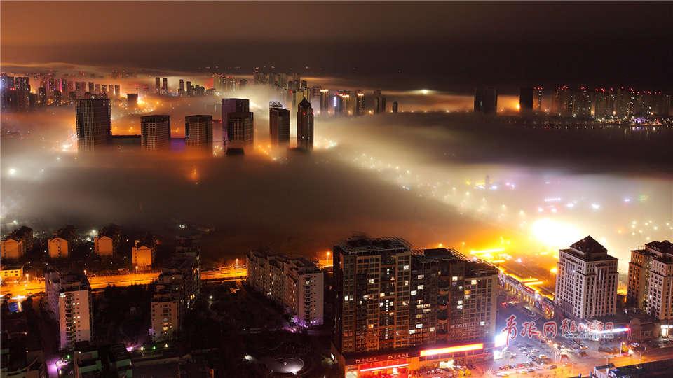 夜色中的城市被一层平流雾缭绕,流光溢彩,给三月的青岛增添了绮丽和美妙。