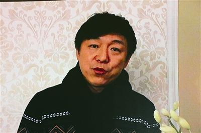 在俄罗斯拍戏的黄渤通过vcr向《青岛往事》送去祝福图片