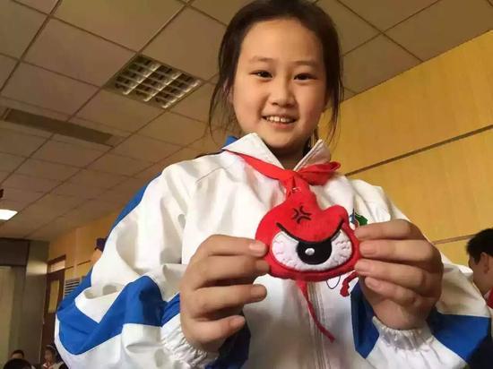 刘法官为互动环节,积极参与的孩子们赠予精美的新浪青岛小礼品