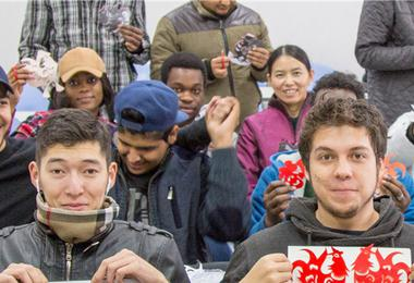 青岛留学生迷上了中国剪纸