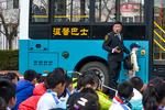 模拟现场!公交车开进校园 小学生上安全教育课