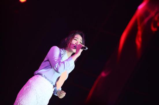 孙露在演唱会现场演唱歌曲