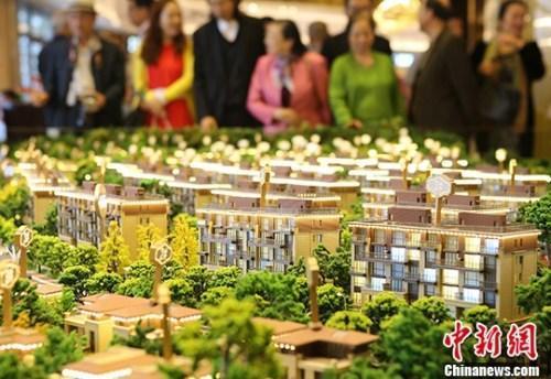 购房者在北京亦庄某楼盘进行买房或咨询。资料图。