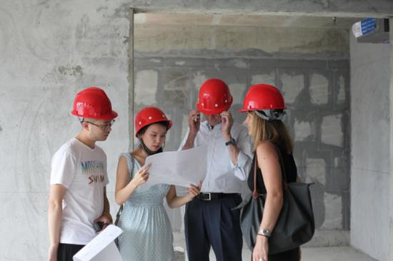 (Giulio Cappellini在M5私人酒店工程现场了解项目施工进展)