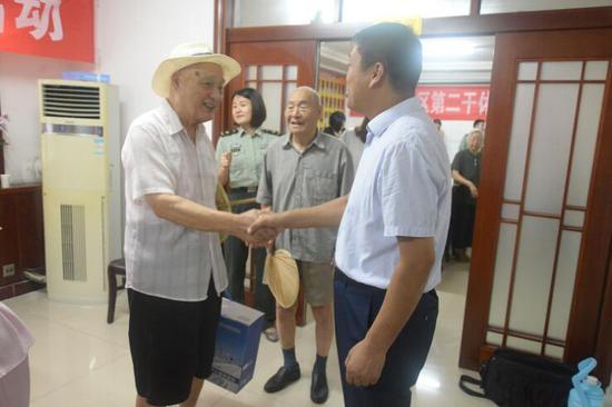 爱心团队走进济宁军分区干休所慰问老干部、老首长