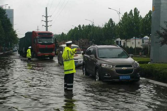 据平度交警微博,8月3日早高峰时间,因大雨平度市广州路与厦门路交叉路口积水较深,部分车辆抛锚导致交通拥堵,交警冒雨疏导交通。