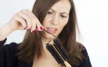 """最近脱发很严重怎么办 4招助你摆脱""""秃顶""""困扰"""