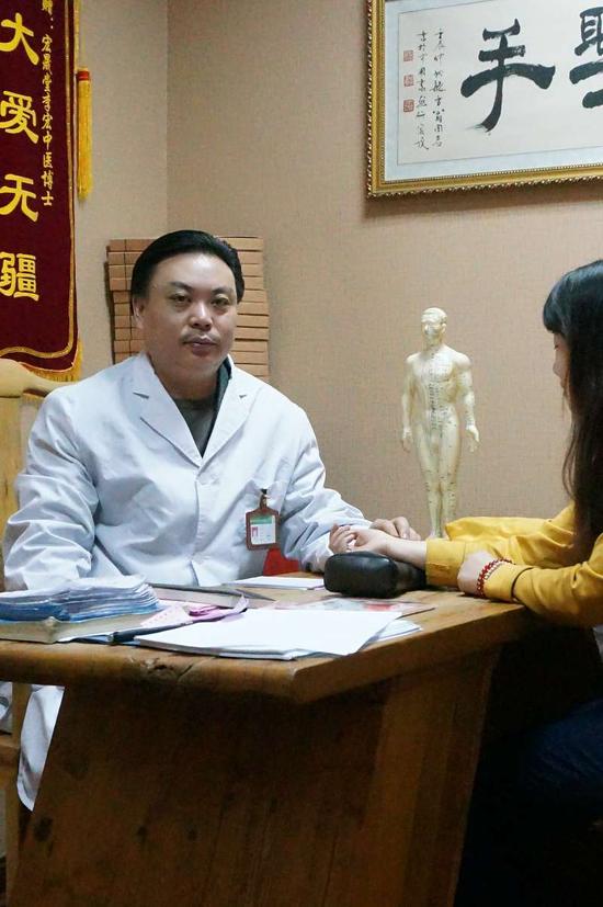 李宏中医博士在为患者诊疗
