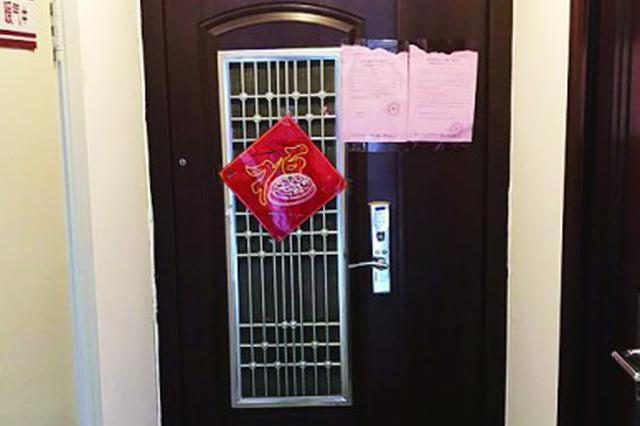 青岛一邻居家防盗门安到了走廊里