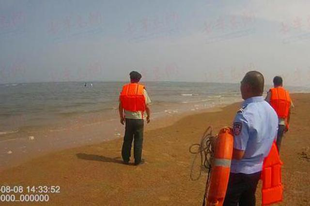 一家三口被困礁石民警引导脱离危险