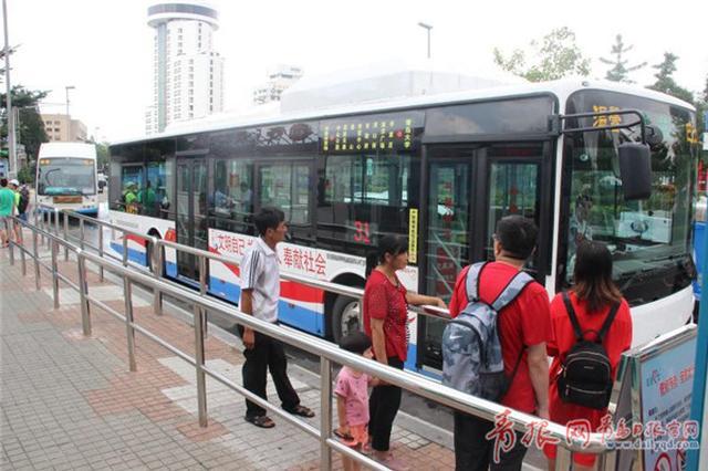 青岛这路公交车科技感十足 还能给手机充电