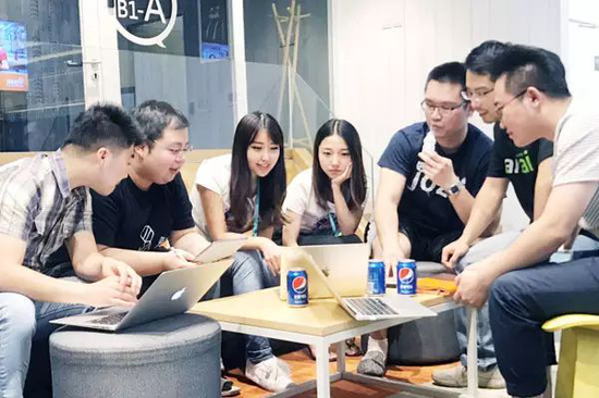 Zhang Mo (third left), founder of AI computer vision engine service provider Yi+, talks with her colleagues in Beijing, Sept 5,2017。