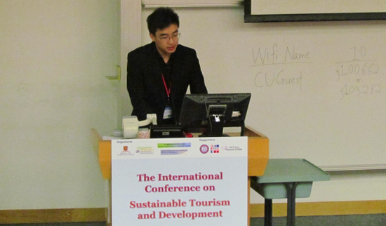 (亚太生态经济研究院香港学术中心负责人王哲博士在国际旅游学术会议上发表演讲)