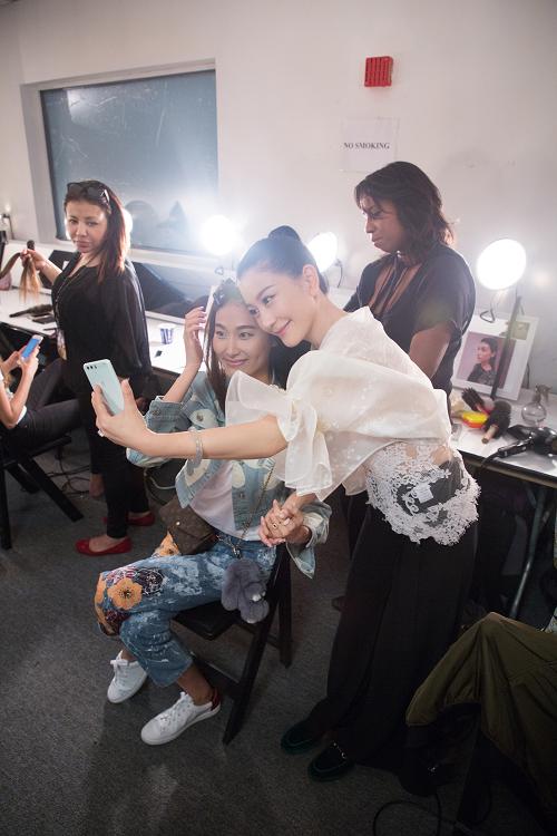 设计师兰玉与候场模特自拍