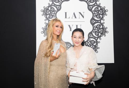 Paris Hilton获赠兰玉艺术版手机