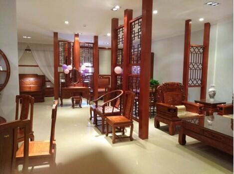 新余市大汇堂红木工厂店陈着精美的红木家具