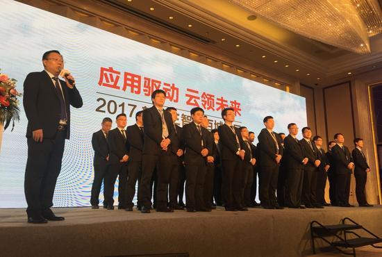 新华三集团中国区胶东办事处主任张栋(左)带领团队成员亮相