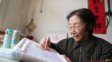 90岁教授鸵鸟蛋上作画