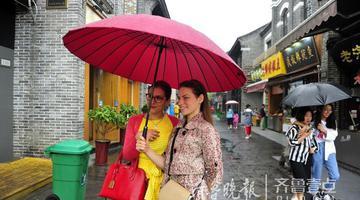 """""""网红""""街名不虚传 下雨天人气不减"""