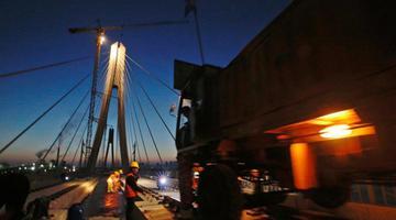 中国首座大跨度高铁斜拉桥开始铺轨