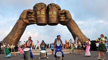艺术巡游助阵青岛国际啤酒节