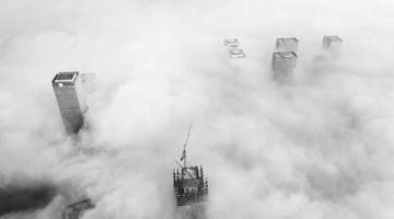 济南现平流雾 楼立于云层之上