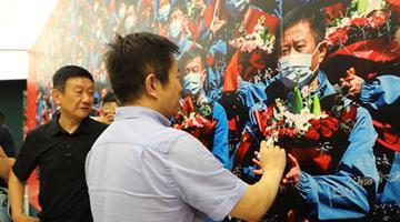 山东新闻摄影协会捐赠巨幅抗疫照片